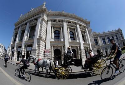 Туристи обикалят Виена с файтон.  СНИМКА: РОЙТЕРС