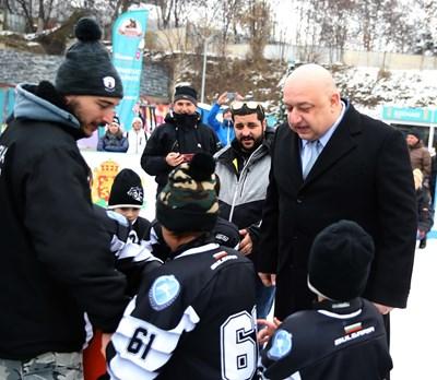 """Министърът на младежта и спорта Красен Кралев откри ледената пързалка """"Юнак"""". Снимки ММС"""