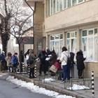 Безработни чакат на дълга опашка пред едно от софийските бюра по труда. СНИМКА: НИКОЛАЙ ЛИТОВ
