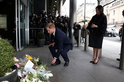 Хари и Меган поставиха малък букет пред сградата, известна като Дома на Нова Зеландия. Снимка РОЙТЕРС