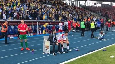 """Рангелов е сплел пръсти на скамейката след края на мача в Брауншвайг. Снимка: фейсбук на """"Енерги"""""""""""