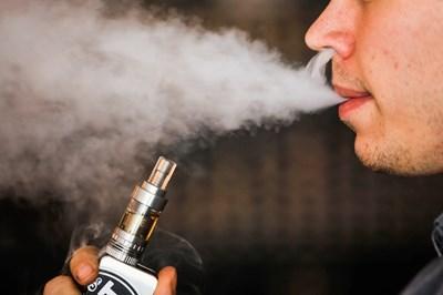 В САЩ електронните цигари бяха обявени за епидемия сред младите. СНИМКА: РОЙТЕРС