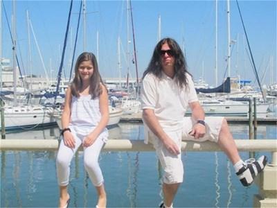 """Басистът на """"Ахат"""" и дъщеричката му Вики на пристанището в Тампа."""