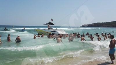 Лодката половин час се опитваше да придърпа парашута обратно над водата СНИМКА: 24 часа