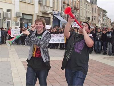 Ученици в Шумен излязоха с вувузели на протест срещу кратката коледна ваканция тази година.  СНИМКА: СТОЯН СТОЯНОВ