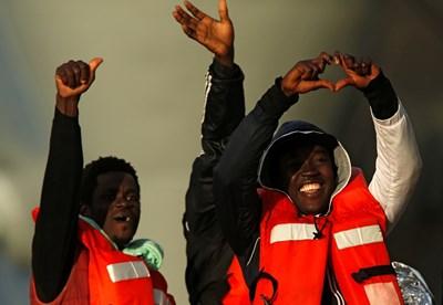 Мигрантите, които бяха блокирани повече от две седмици на кораби на две германски неправителствени организации, слязоха на брега в Малта СНИМКИ: РОЙТЕРС