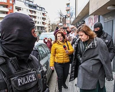 Спецполицаи отвеждат шефката на Басейнова дирекция Цветелина Кънева.