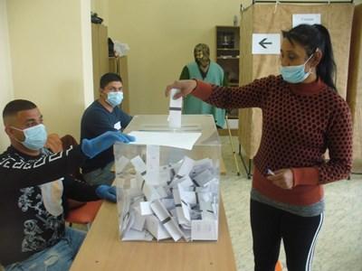 До 11,30 часа днес в 12-а СИК в село Тулово, община Мъглиж, за кмет бяха гласували 144 души от общо 395 човека с право на глас в тази секция. Активността към този час тук достигна 36,4 процента. СНИМКИ: Ваньо Стоилов