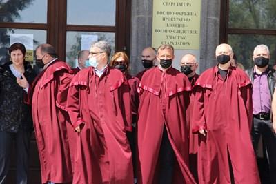 Прокурорите от Стара Загора пред съдебната сграда