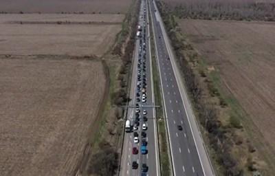 Засилен беше трафикът преди празниците, въпреки призивите за ограничение на пътуванията. КАДЪР: bTV