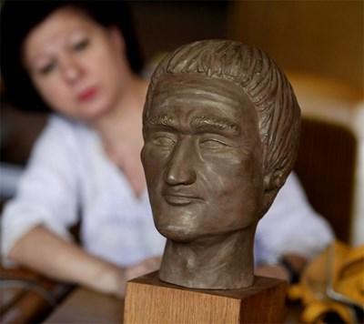 """Журналисти от """"24 часа"""" първи бяха допуснати да разгледат антропологичната възстановка на главата на """"вампира"""" от Созопол, дело на проф. Йордан Йорданов. СНИМКА: Дeсислава Кулeлиeва"""