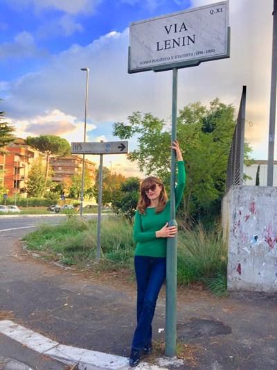 """Авторката на материала се снима на улица """"Ленин"""" в Рим."""