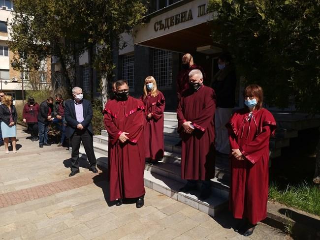 Прокурорите от Смолян мълчаливо протестираха срещу промените в ЗСВ и НПК.