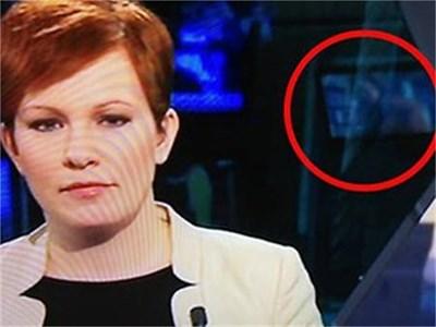 Шведската говорителка съобщава новините на фона на порнофилм.