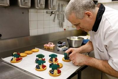 Майсторът пекар от Париж Дидие Лаври приготвя сладкиши в цветовете на Франция за финала на световното. Снимка: Ройтерс