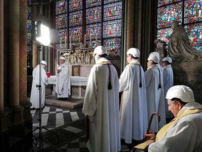 """В парижката катедрала """"Нотр дам"""" днес бе отслужена първата литургия след пожара, който избухна през април и разруши покрива и кулата стрела СНИМКИ: РОЙТЕРС"""