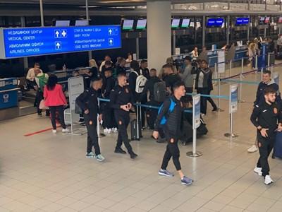 """Националите при заминаването за Лондон на летище """"София"""". СНИМКА: Авторът"""