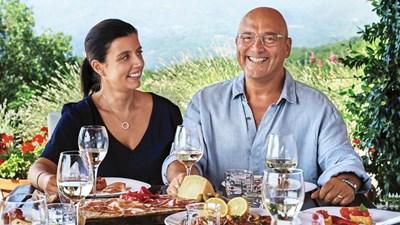 Известният готвач Грег Уолъс намира щастие чак при четвъртия си брак с 21 г. по-младата от него Ан Мари. Даже се съгласява да живеят с родителите и?. Слага тази снимка с жена си на една от книгите си с рецепти.
