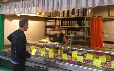 В часовете извън 8 и 10 сутринта в магазина могат да влизат само млади хора. СНИМКА: Николай Литов