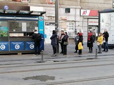 Пред пунктовете за издаване на карти и билети се извиха опашки, след като спря продажбата от контрольорите.  СНИМКА: ЯВОР ГЕРОНТИЕВ