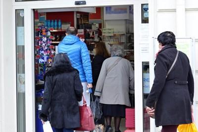 България е на трето място по брой аптеки на глава от населението - една се пада на 1800 душиу докато в ЕС има аптека на 4400 човека.