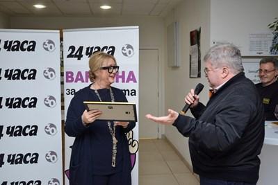 "Венелина Гочева получи ""Оная награда"" от Борислав Зюмбюлев. СНИМКА: Йордан Симeонов"