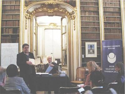 Проф. Явор Конов (в средата) в залата във версайската библиотека, където е представен преводът му на Речник по музика от Бросар. Вляво - френският учен Жан Дюрон