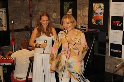 Марина и Йълдъз пеят в дует.