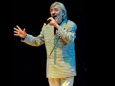 """Последното излизане на сцена на Радко Дишлиев - актьорът пее на фестивала """"Златният кос"""" в Сатиричния театър. СНИМКИ: БУЛФОТО И АРХИВ"""