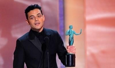 """Рами Малек спечели наградата на Гилдията на филмовите актьори за най-добър актьор, за филма """"Бохемска рапсодия"""", в който се превъплъщава в образа на легендарния вокал на група """"Куин"""" Фреди Меркюри. Снимка: Ройтерс"""