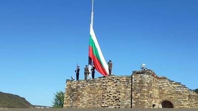 """От 10.30 ч на """"Царевец"""" започна военният ритуал по издигане националното знаме на Република България. Снимки Авторката"""