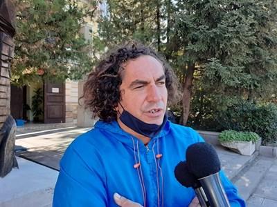 Пръв сред кандидатите е учителят по физическо възпитание Валери Тончев, който иска заедно със своите приятели да даде пример на подрастващото поколение. Снимка Авторката