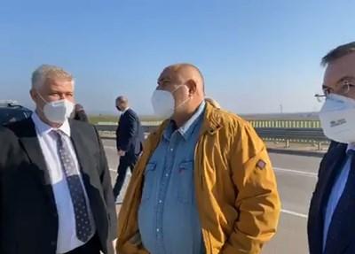 """Премиерът Бойко Борисов показа на здравния министър проф. Костадин Ангелов и шефа на """"Пирогов"""" проф. Асен Балтов пуснатит тези дни участък от магистрала """"Европа""""."""