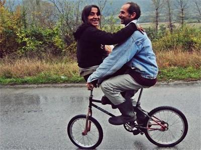 Роми в закачлива прегръдка на велосипед.  СНИМКИ: БУЛФОТО
