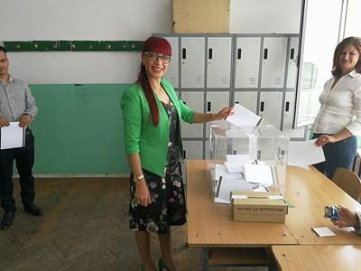 Даниела Савеклиева гласува.