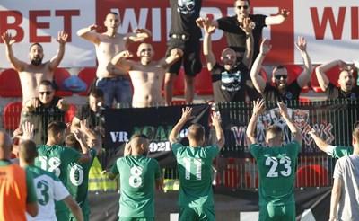 """Футболистите на """"Ботев"""" (Враца) празнуват с феновете си след победата над """"Царско село"""" с 3:0. СНИМКА: SPORTAL.BG"""