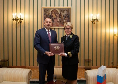 Преди време руската посланичка Елеонора Митрофанова връчи акредитивните си писма на президента Румен Радев в униформа.