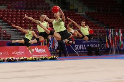 Полетът на ансамбъла в съчетанието им с 5 топки Снимки: Благой Кирилов
