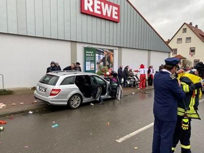 Kола се вряза в карнавално шествие в германския град Фолкмарзен СНИМКИ: РОЙТЕРС