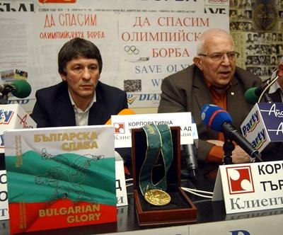Цено Ценов и олимпийският шампион Валентин Йорданов на пресконференция по повод решението борбата да бъде извадена от програмата на игрите. СНИМКА: Гергана Вутова