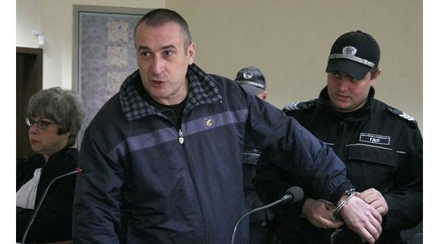 Осъденият до живот полицай от Пловдив ровил в интернет как да убие родителите си