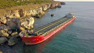 Според МОСВ към 15 часа на 25 септември има индикации за замърсяване на морската вода от товара на кораба Снимка: Архив