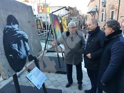 Цветан Цветанов пред Берлинската стена СНИМКА: 24 часа