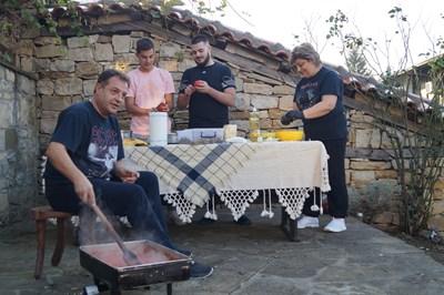 Кметът на Велико Търново Даниел Панов, съпругата му Даниела и двамата им синове участват в приготвянето на лютеницата. СНИМКА: Личен архив