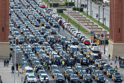 """Съвсем наскоро - в края на март, имаше масови протести на таксиметрови шофьори в Испания срещу """"Юбер"""".   СНИМКА: РОЙТЕРС"""