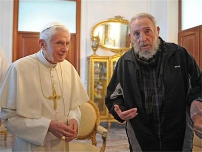 Фидел Кастро посрещна папата в Хавана, подкрепян от помощниците си. СНИМКА: РОЙТЕРС