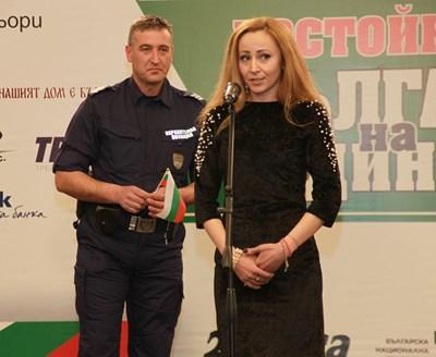 Оля Архипова благодари на полицая Румен Костадинов, който помага на децата да напуснат бързо автобуса и опитва да върне към живота шофьора Румен Архипов