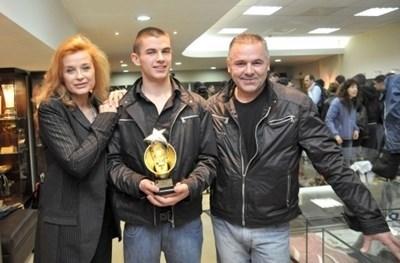Ангел с майка си Аня Пенчева и баща си Ивайло Караньотов Снимка: Архив