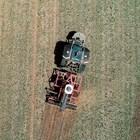 Робот-трактор дефилира на премиера