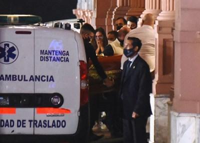 Тялото на Диего Марадона пристига в президентския дворец. СНИМКА: Снимки: Ройтерс
